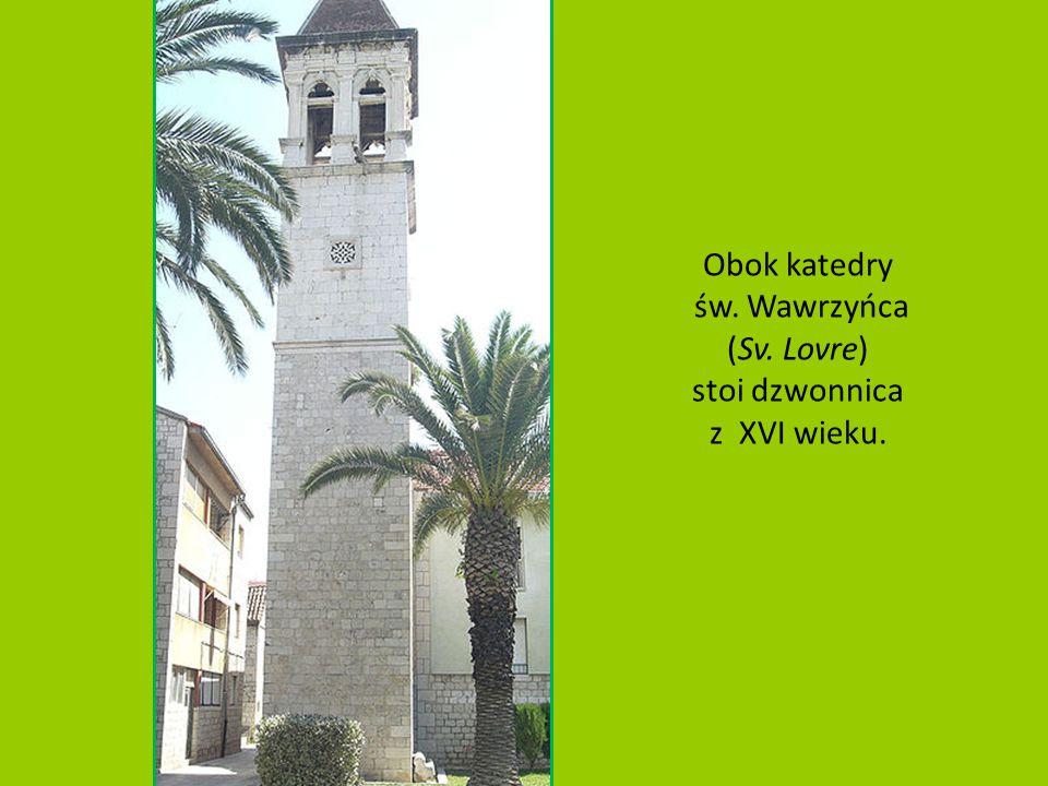 Obok katedry św. Wawrzyńca (Sv. Lovre) stoi dzwonnica z XVI wieku.