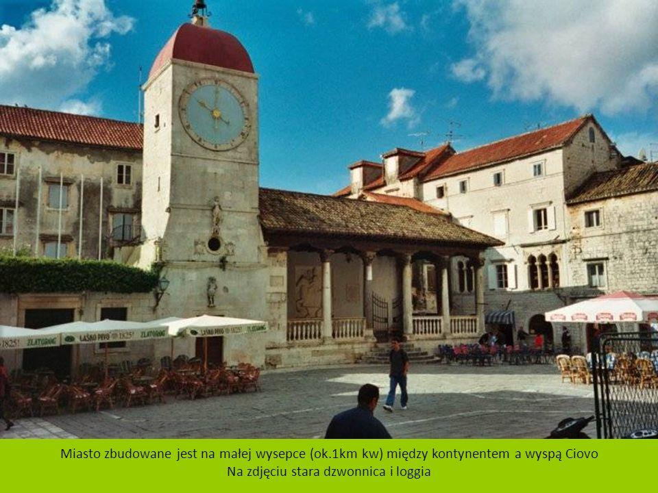 Na zdjęciu stara dzwonnica i loggia