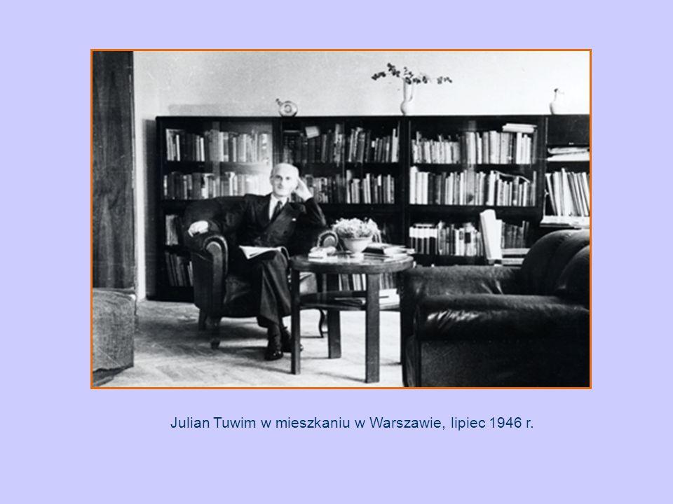Julian Tuwim w mieszkaniu w Warszawie, lipiec 1946 r.