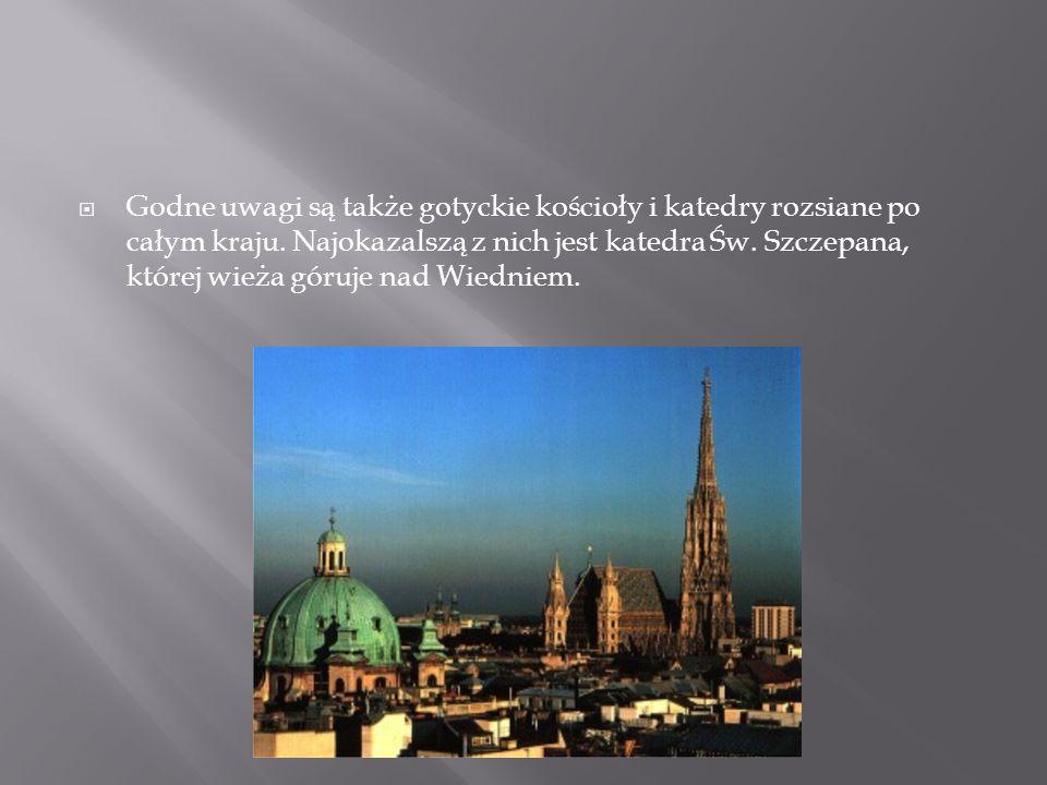 Godne uwagi są także gotyckie kościoły i katedry rozsiane po całym kraju.