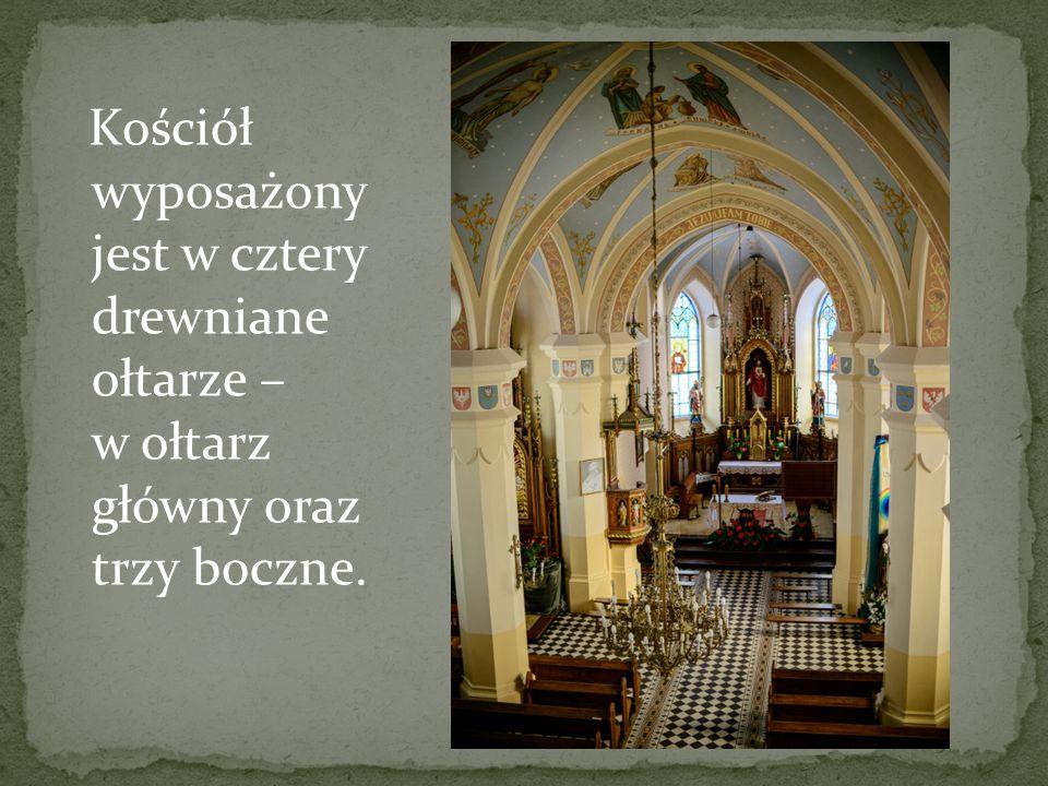 Kościół wyposażony jest w cztery drewniane ołtarze – w ołtarz główny oraz trzy boczne.