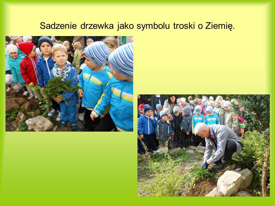 Sadzenie drzewka jako symbolu troski o Ziemię.