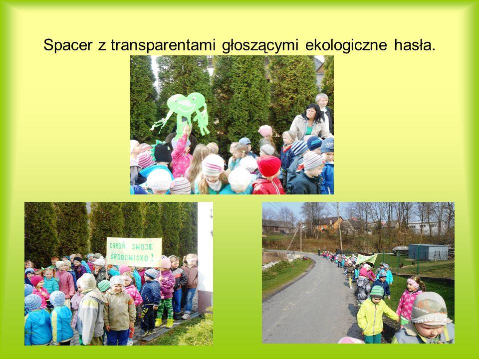 Spacer z transparentami głoszącymi ekologiczne hasła.
