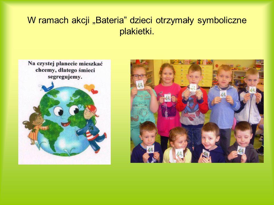 """W ramach akcji """"Bateria dzieci otrzymały symboliczne plakietki."""