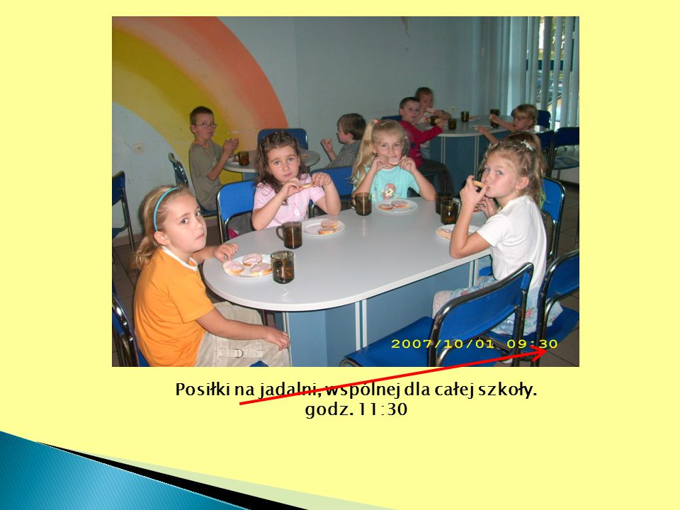 Posiłki na jadalni, wspólnej dla całej szkoły.