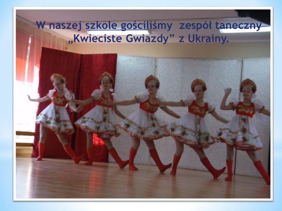 """W naszej szkole gościliśmy zespół taneczny """"Kwieciste Gwiazdy z Ukrainy."""