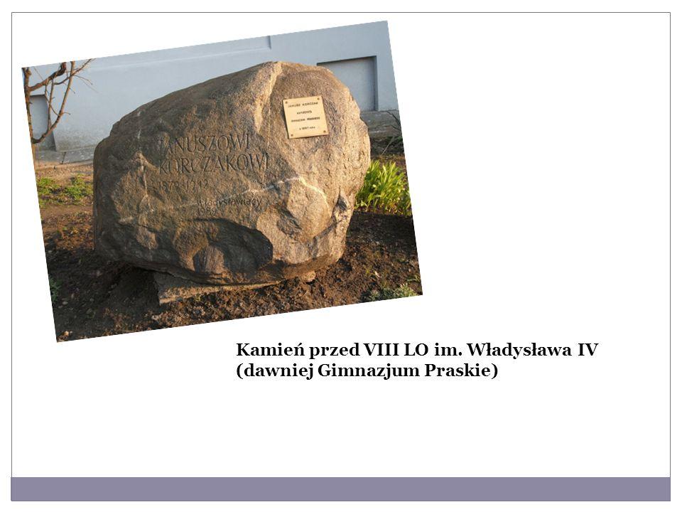 Kamień przed VIII LO im. Władysława IV (dawniej Gimnazjum Praskie)