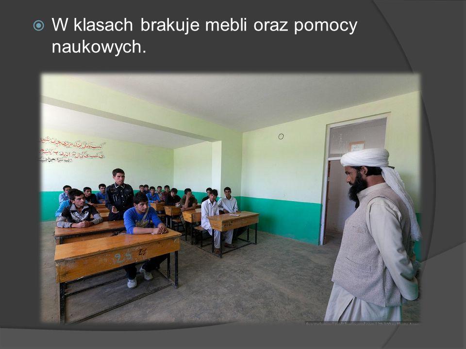 W klasach brakuje mebli oraz pomocy naukowych.