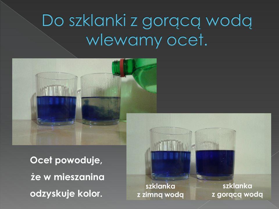 Do szklanki z gorącą wodą wlewamy ocet.