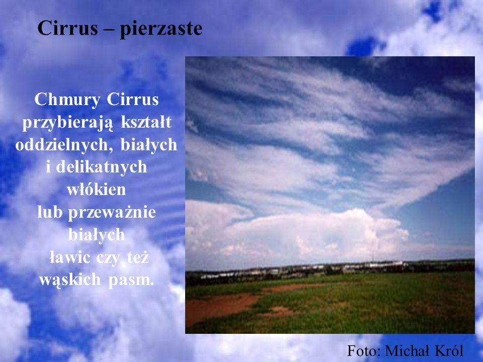 Cirrus – pierzaste Chmury Cirrus przybierają kształt