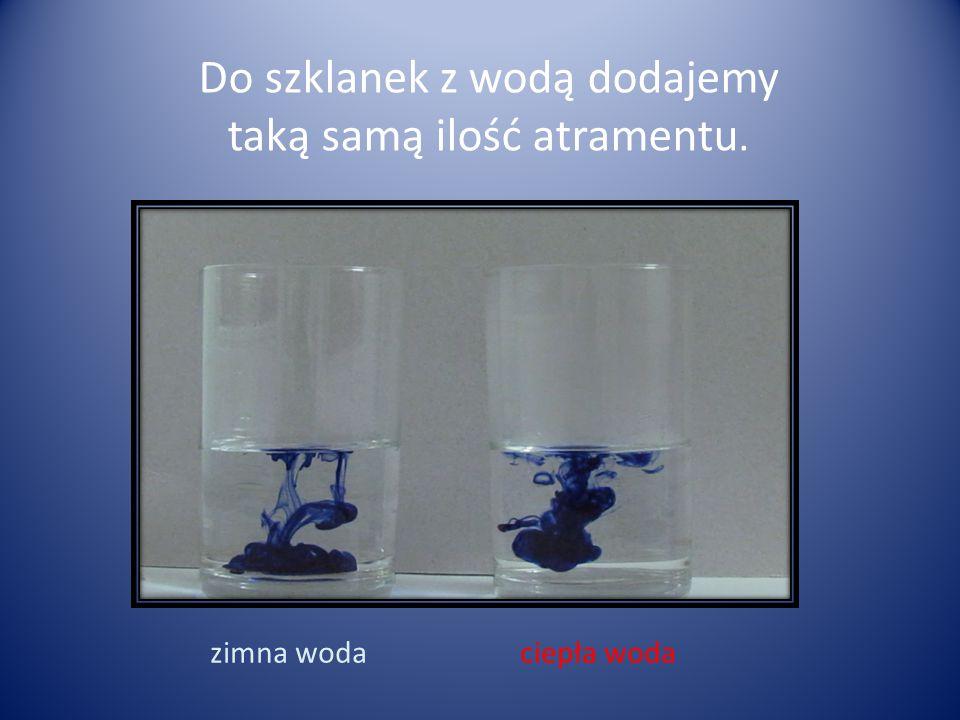 Do szklanek z wodą dodajemy taką samą ilość atramentu.