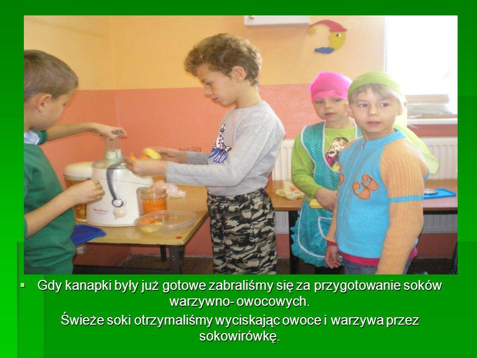 Świeże soki otrzymaliśmy wyciskając owoce i warzywa przez sokowirówkę.