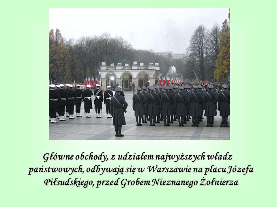Główne obchody, z udziałem najwyższych władz państwowych, odbywają się w Warszawie na placu Józefa Piłsudskiego, przed Grobem Nieznanego Żołnierza