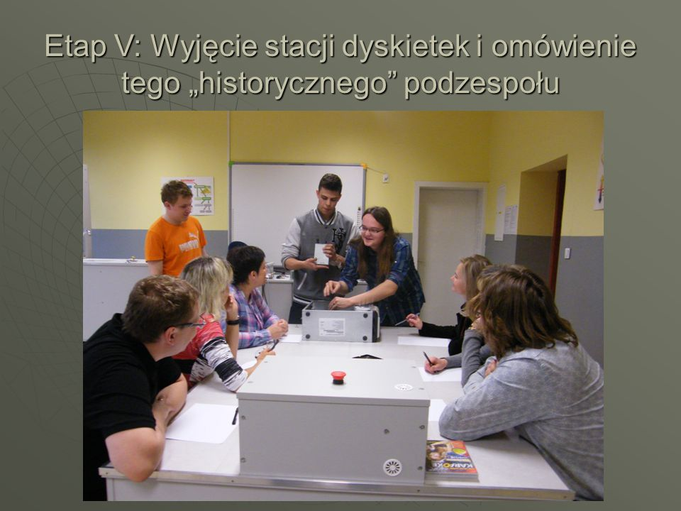 """Etap V: Wyjęcie stacji dyskietek i omówienie tego """"historycznego podzespołu"""