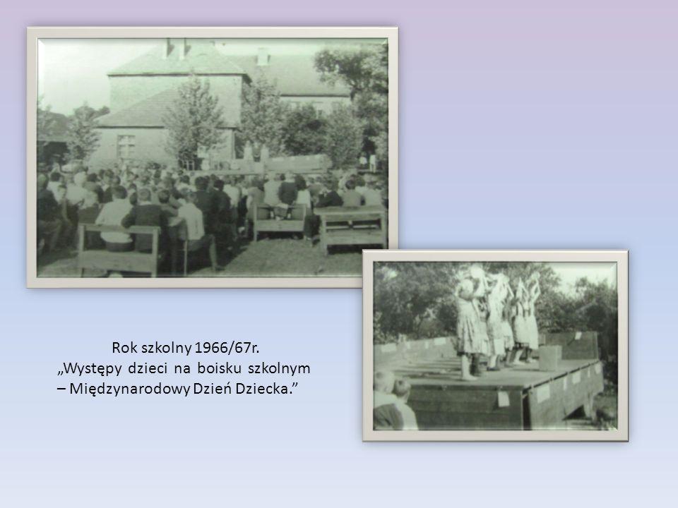 """Rok szkolny 1966/67r. """"Występy dzieci na boisku szkolnym – Międzynarodowy Dzień Dziecka."""