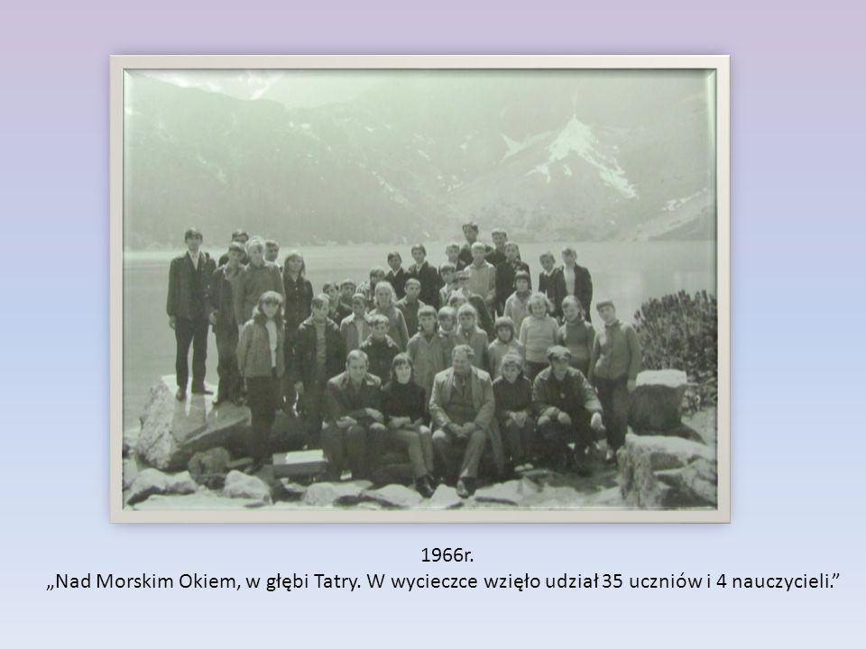"""1966r. """"Nad Morskim Okiem, w głębi Tatry. W wycieczce wzięło udział 35 uczniów i 4 nauczycieli."""