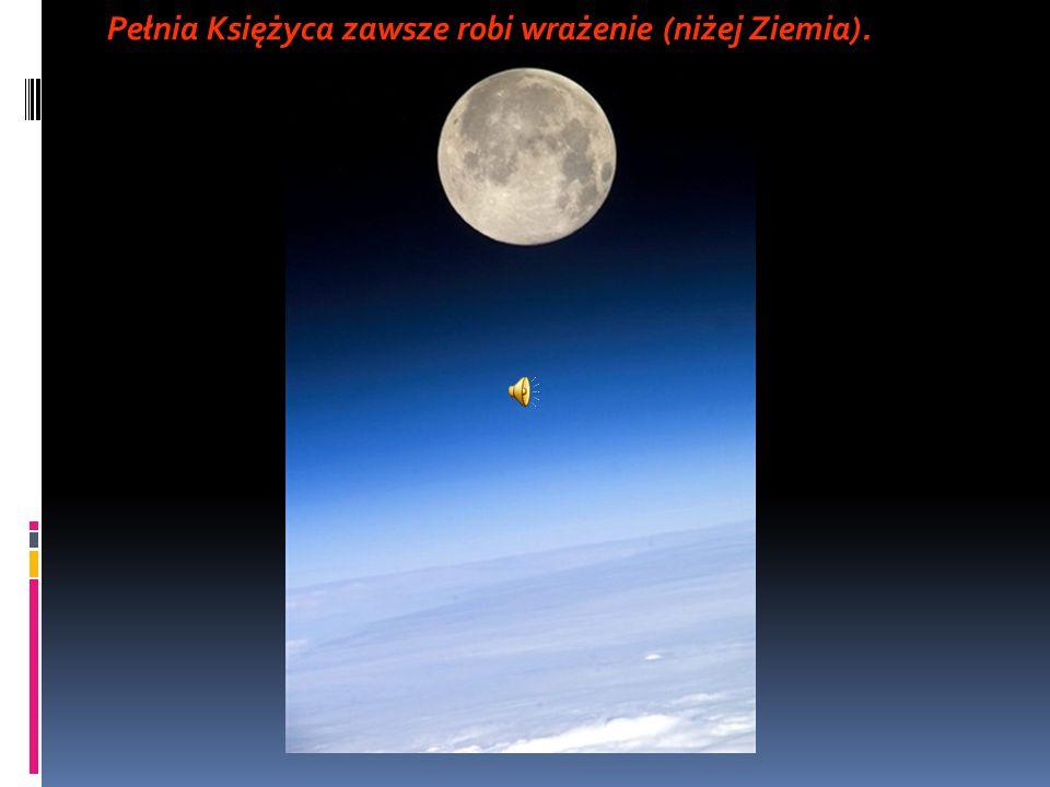 Pełnia Księżyca zawsze robi wrażenie (niżej Ziemia).