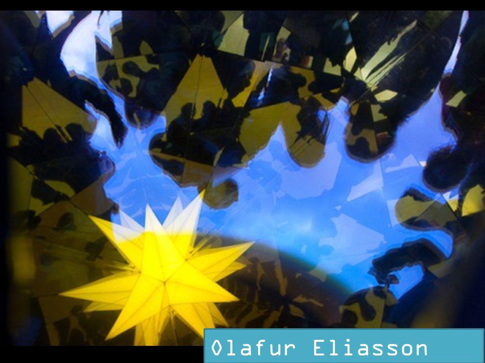 SLAJD 20: A dzisiaj Wraz z powstaniem Akademii Sztuk Pięknych w Reykjaviku powiększyła się liczba artystów islandzkich. Jednak prezentując najsłynniejszego z nich, powracamy do początku. Mowa bowiem o Ólafurze Eliassonie, którego określa się często artystą duńskim. I faktycznie, urodził się w Danii, ale z rodziców Islandczyków. Wielokrotnie nagradzany uczestnik Biennale, wystawiał w Tate Modern, a w warszawskim parku brudnowskim znajdziemy jego pracę – Kalejdoskop.