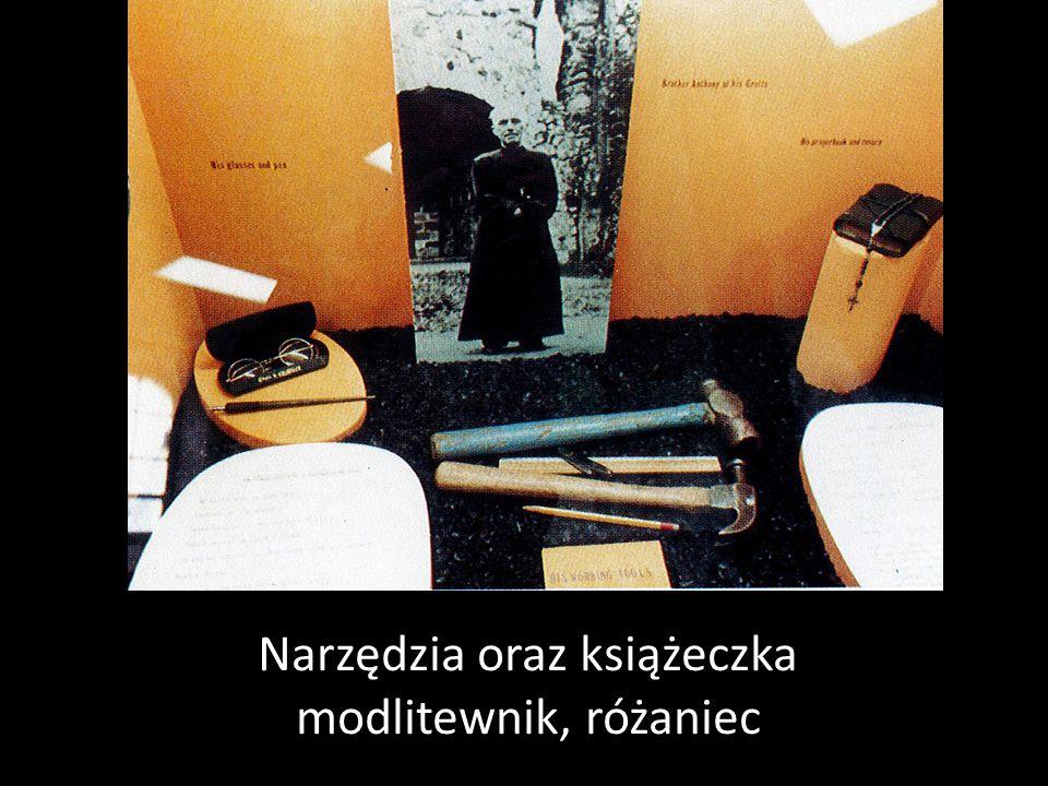 Narzędzia oraz książeczka modlitewnik, różaniec