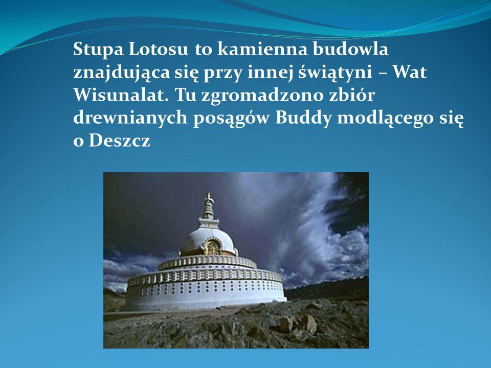 Stupa Lotosu to kamienna budowla znajdująca się przy innej świątyni – Wat Wisunalat.