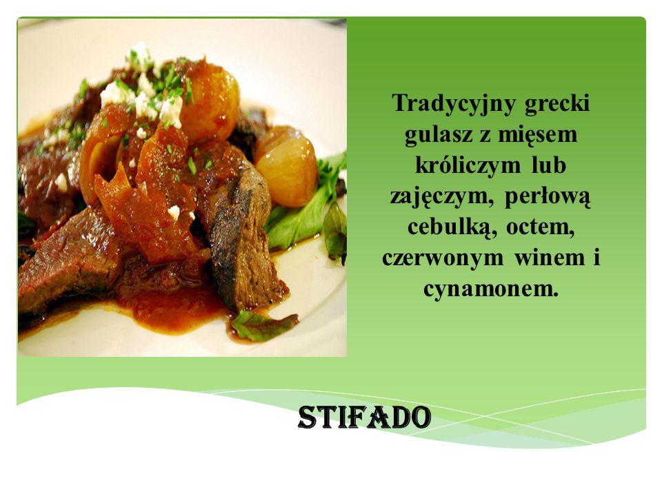 Tradycyjny grecki gulasz z mięsem króliczym lub zajęczym, perłową cebulką, octem, czerwonym winem i cynamonem.