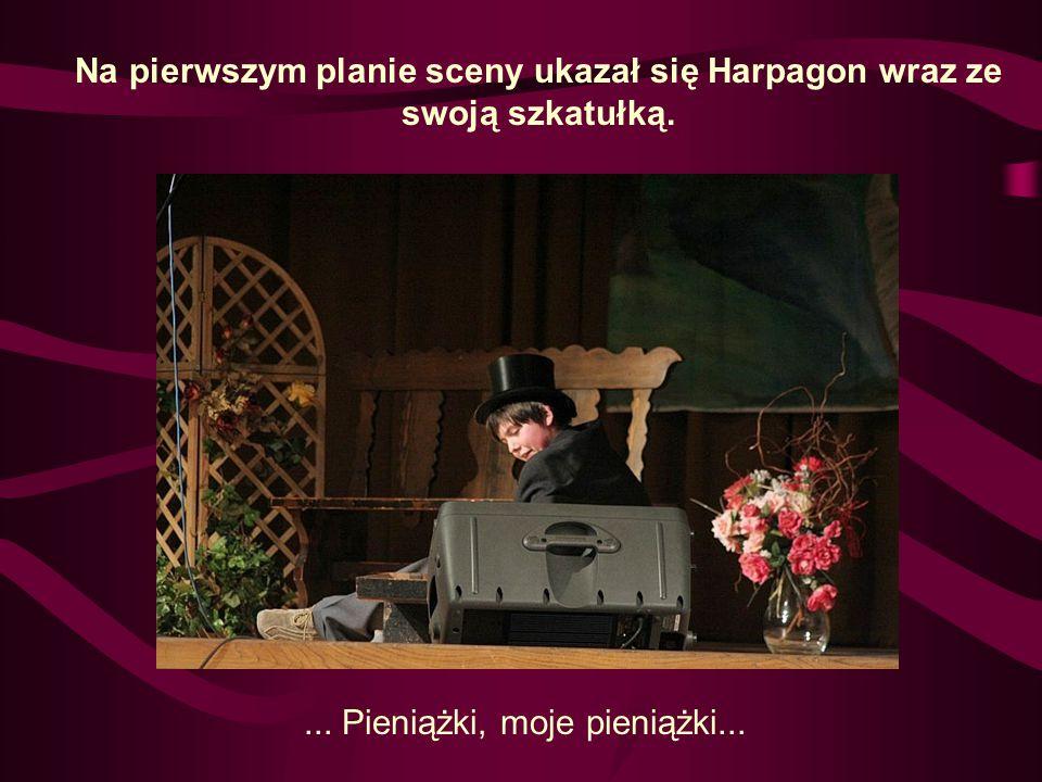 Na pierwszym planie sceny ukazał się Harpagon wraz ze swoją szkatułką.