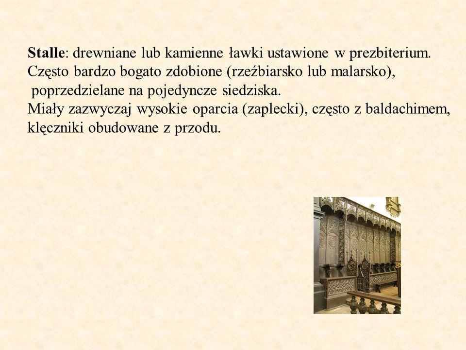 Stalle: drewniane lub kamienne ławki ustawione w prezbiterium.