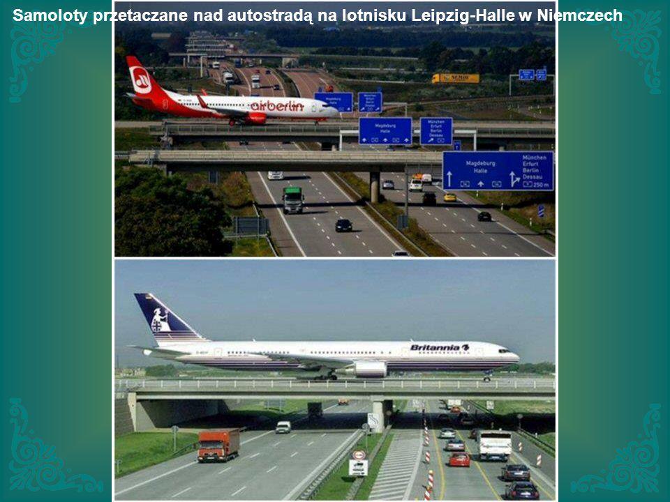 Samoloty przetaczane nad autostradą na lotnisku Leipzig-Halle w Niemczech