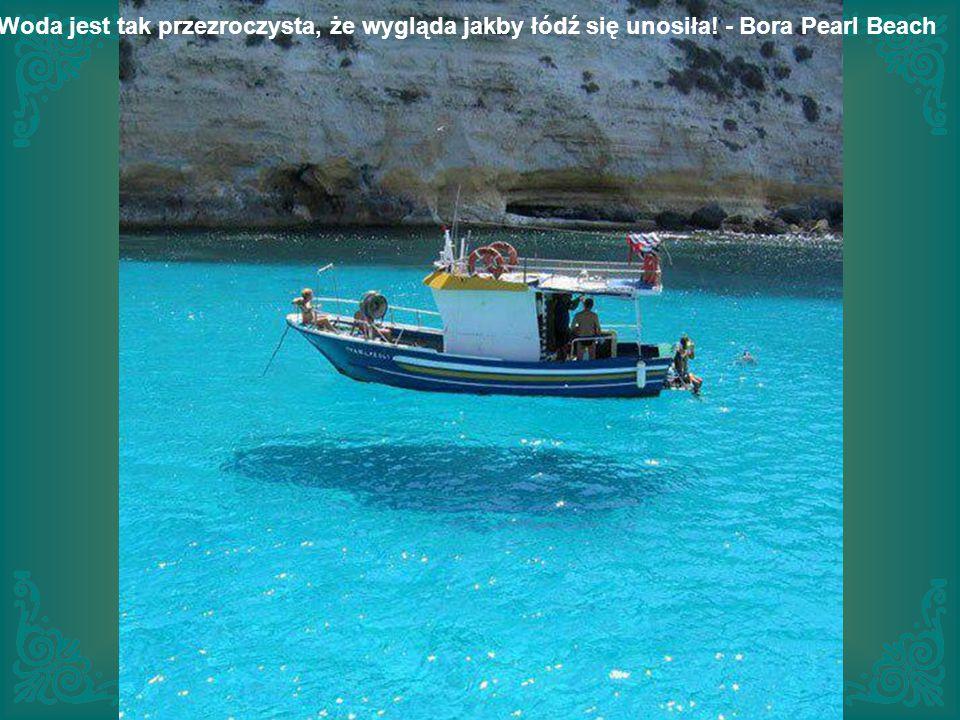 Woda jest tak przezroczysta, że wygląda jakby łódź się unosiła