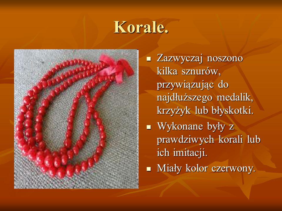 Korale. Zazwyczaj noszono kilka sznurów, przywiązując do najdłuższego medalik, krzyżyk lub błyskotki.