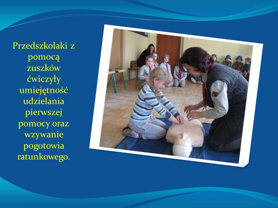 Przedszkolaki z pomocą zuszków ćwiczyły umiejętność udzielania pierwszej pomocy oraz wzywanie pogotowia ratunkowego.