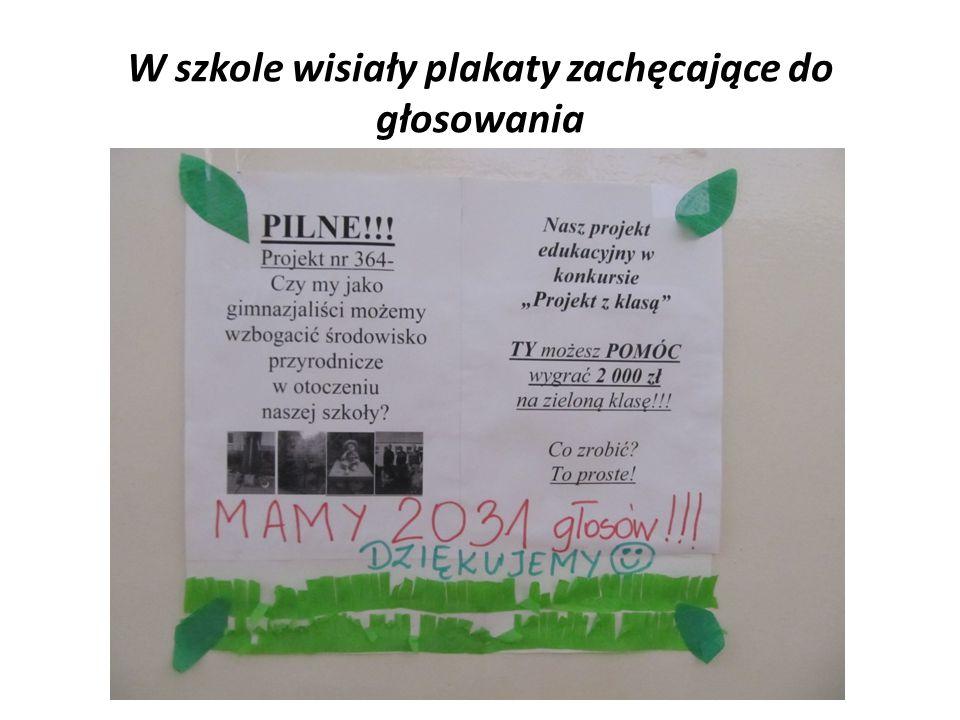 W szkole wisiały plakaty zachęcające do głosowania