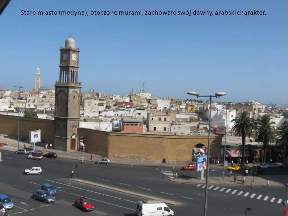 Stare miasto (medyna), otoczone murami, zachowało swój dawny, arabski charakter.