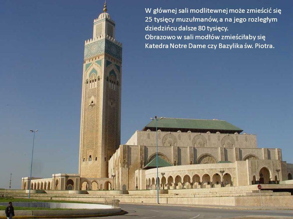 W głównej sali modlitewnej może zmieścić się 25 tysięcy muzułmanów, a na jego rozległym dziedzińcu dalsze 80 tysięcy.