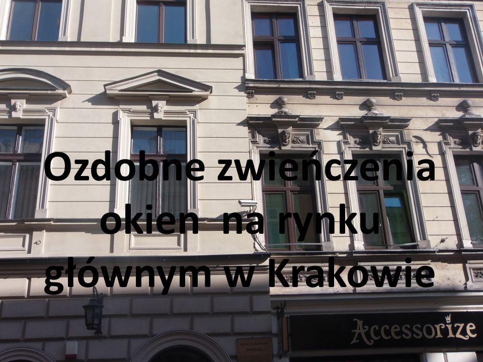 Ozdobne zwieńczenia okien na rynku głównym w Krakowie