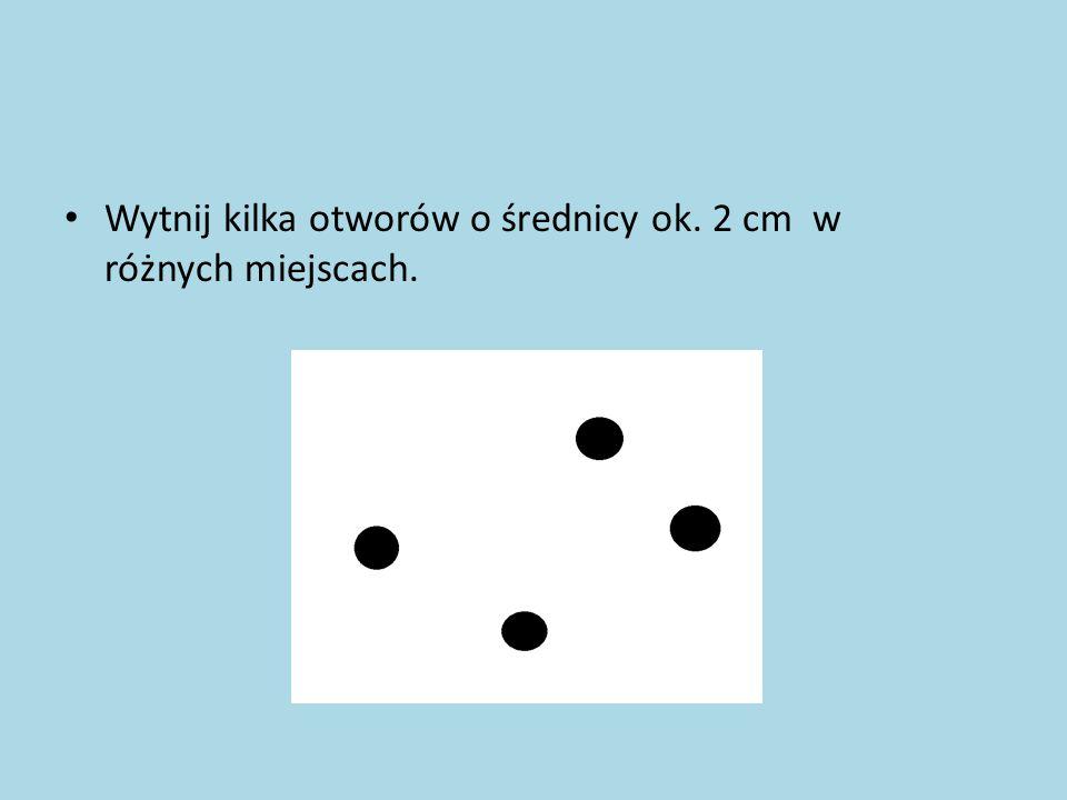 Wytnij kilka otworów o średnicy ok. 2 cm w różnych miejscach.