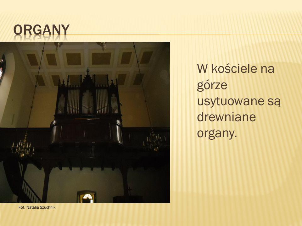Organy W kościele na górze usytuowane są drewniane organy.
