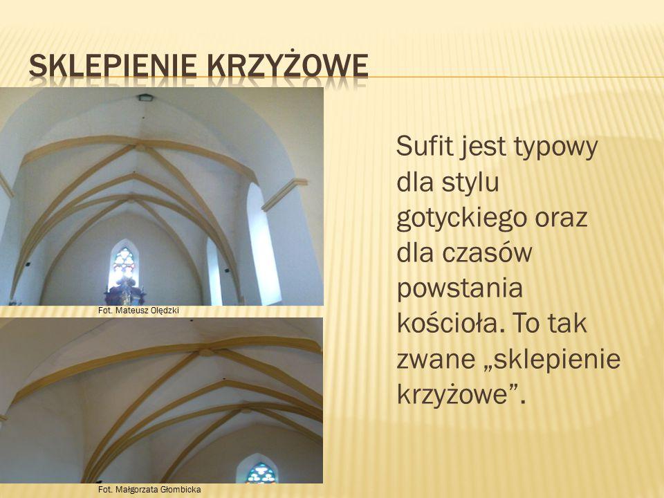 """Sklepienie krzyżowe Sufit jest typowy dla stylu gotyckiego oraz dla czasów powstania kościoła. To tak zwane """"sklepienie krzyżowe ."""