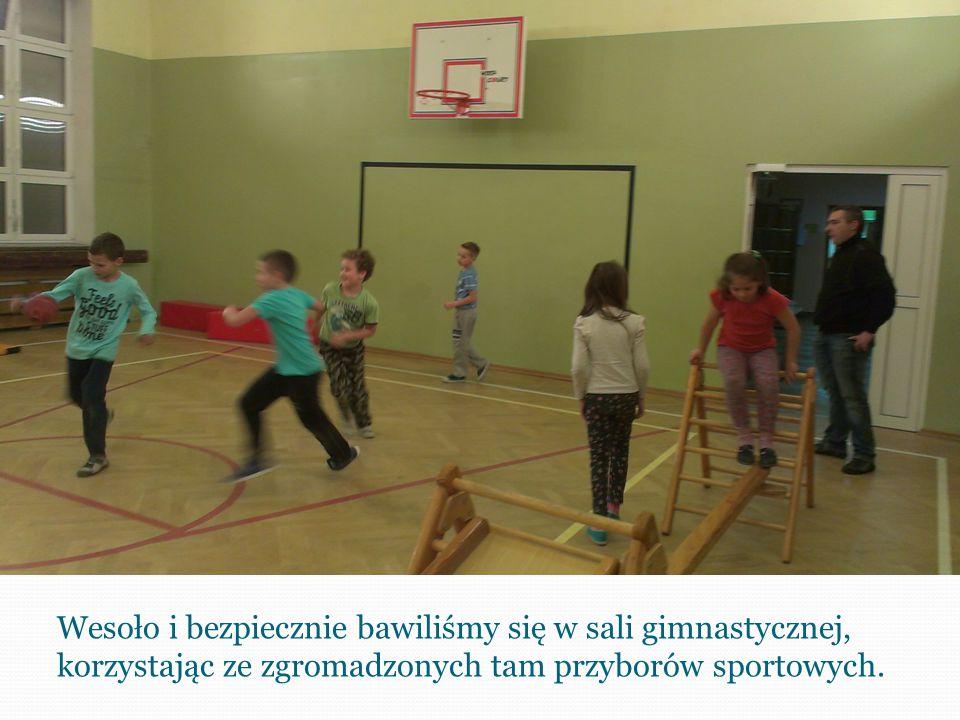 Wesoło i bezpiecznie bawiliśmy się w sali gimnastycznej, korzystając ze zgromadzonych tam przyborów sportowych.