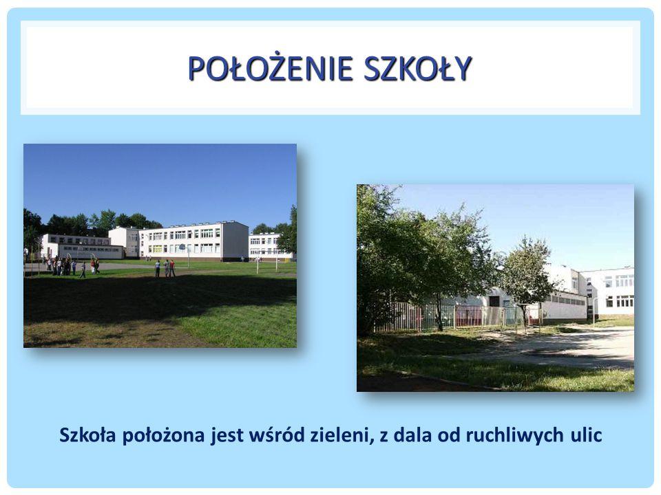 Szkoła położona jest wśród zieleni, z dala od ruchliwych ulic