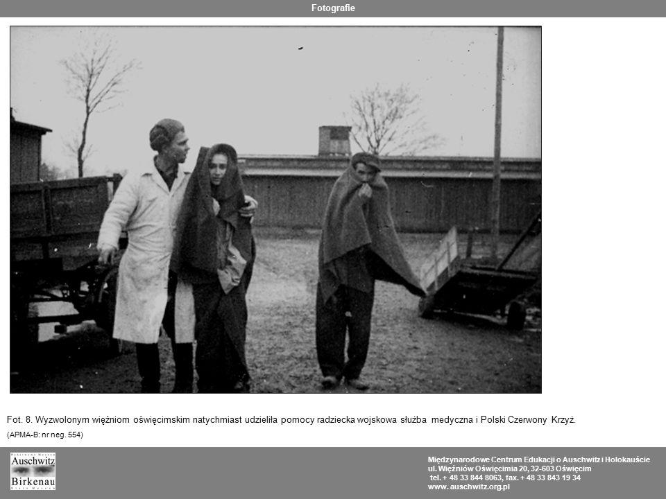 Fotografie Fot. 8. Wyzwolonym więźniom oświęcimskim natychmiast udzieliła pomocy radziecka wojskowa służba medyczna i Polski Czerwony Krzyż.