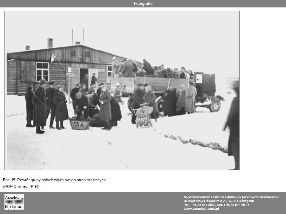 Fot. 15. Powrót grupy byłych więźniów do stron rodzinnych.