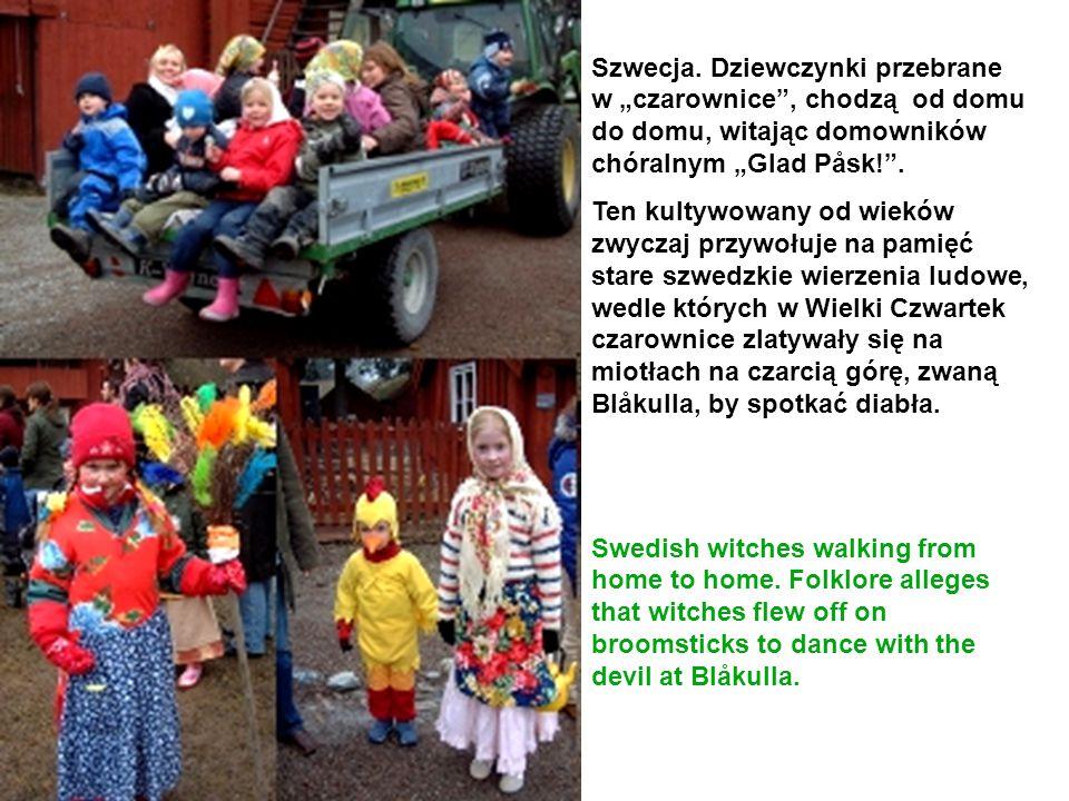 """Szwecja. Dziewczynki przebrane w """"czarownice , chodzą od domu do domu, witając domowników chóralnym """"Glad Påsk! ."""