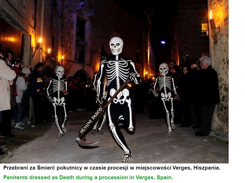 Przebrani za Śmierć pokutnicy w czasie procesji w miejscowości Verges, Hiszpania.