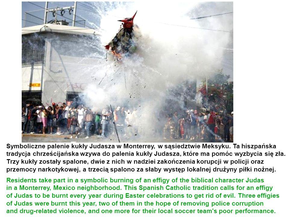 Symboliczne palenie kukły Judasza w Monterrey, w sąsiedztwie Meksyku