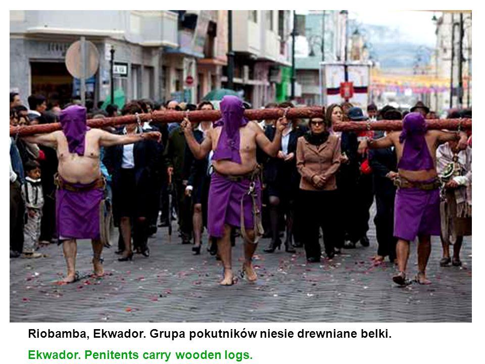 Riobamba, Ekwador. Grupa pokutników niesie drewniane belki.