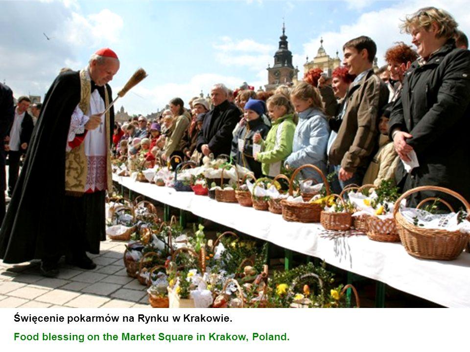 Święcenie pokarmów na Rynku w Krakowie.