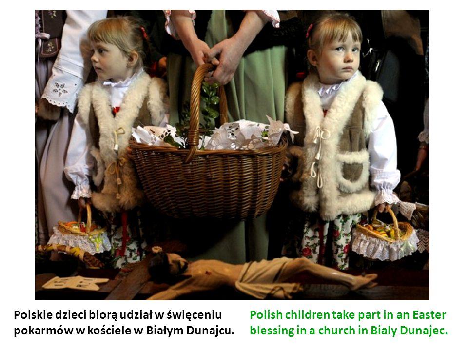 Polskie dzieci biorą udział w święceniu pokarmów w kościele w Białym Dunajcu.