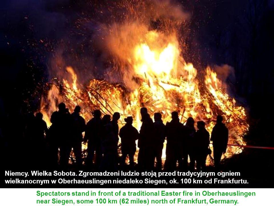 Niemcy. Wielka Sobota. Zgromadzeni ludzie stoją przed tradycyjnym ogniem wielkanocnym w Oberhaeuslingen niedaleko Siegen, ok. 100 km od Frankfurtu.