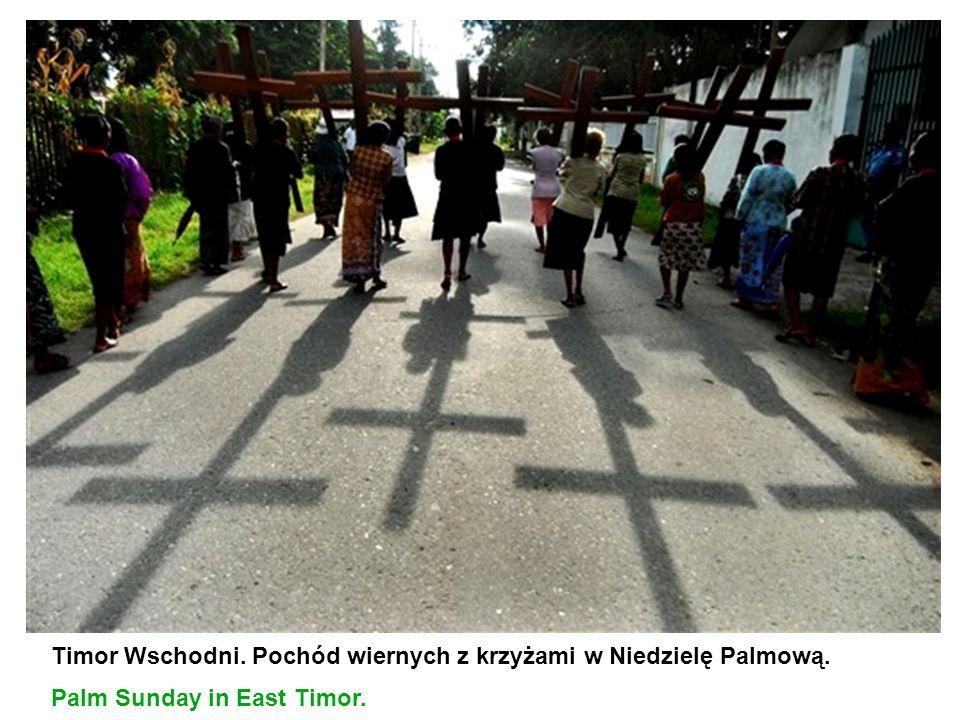 Timor Wschodni. Pochód wiernych z krzyżami w Niedzielę Palmową.